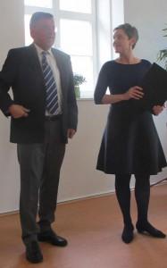 Preisübergabe des Vorsitzenden Eckhard Lange an die Preisträgerin Filicitas Hoppe